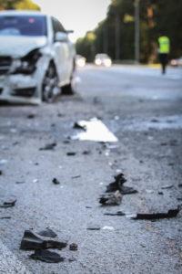 Voiture ayant l'avant accidenté sur une route