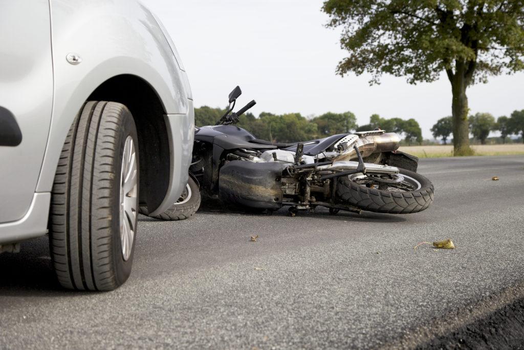 Accident de la route entre une voiture et une moto