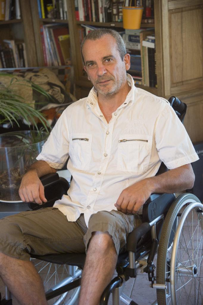 Philippe victime d'un accident corporel lourd, dans un fauteuil roulant suite à son accident.